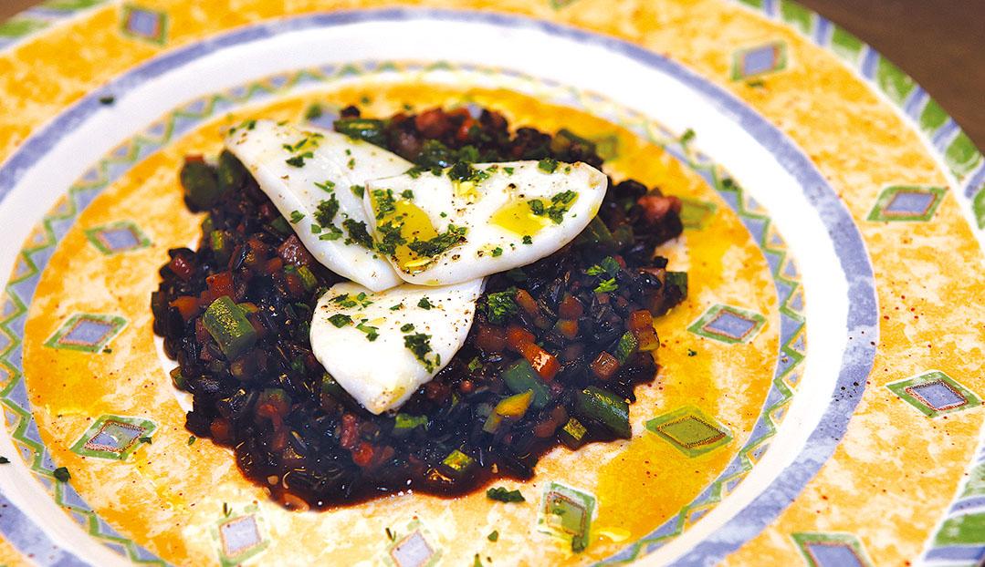 Riso nero venere con piccole verdure e seppioline la madia travelfood - Osteria con cucina francesco angelini ...