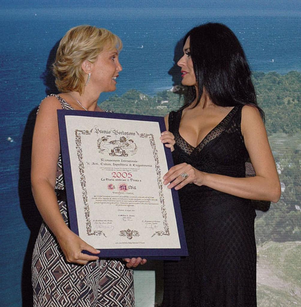 Maria-Grazia-Cucinotta-consegna-il-premio-a-Elsa-Mazzolini