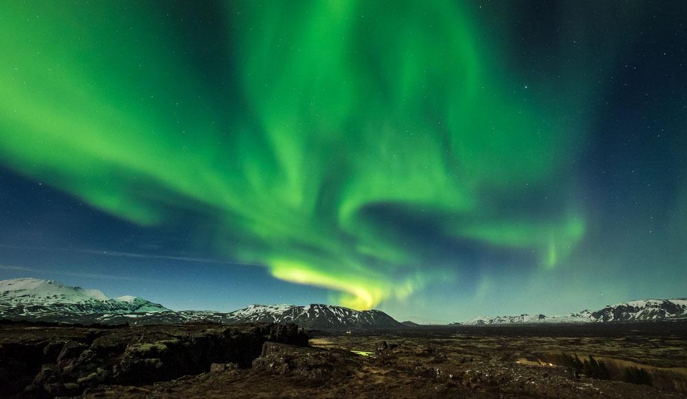 Aurora boreale tra suggestivi paesaggi invernali