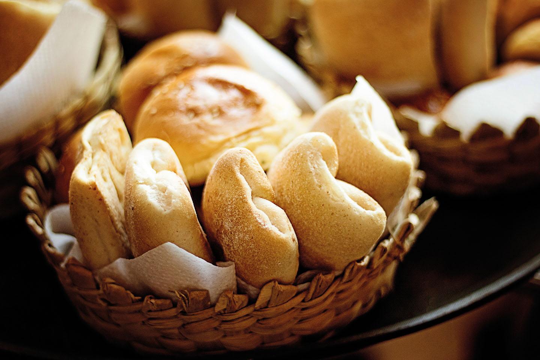 Il pane: un alimento sacro da toccare solo con le mani - Assaggi di Galateo