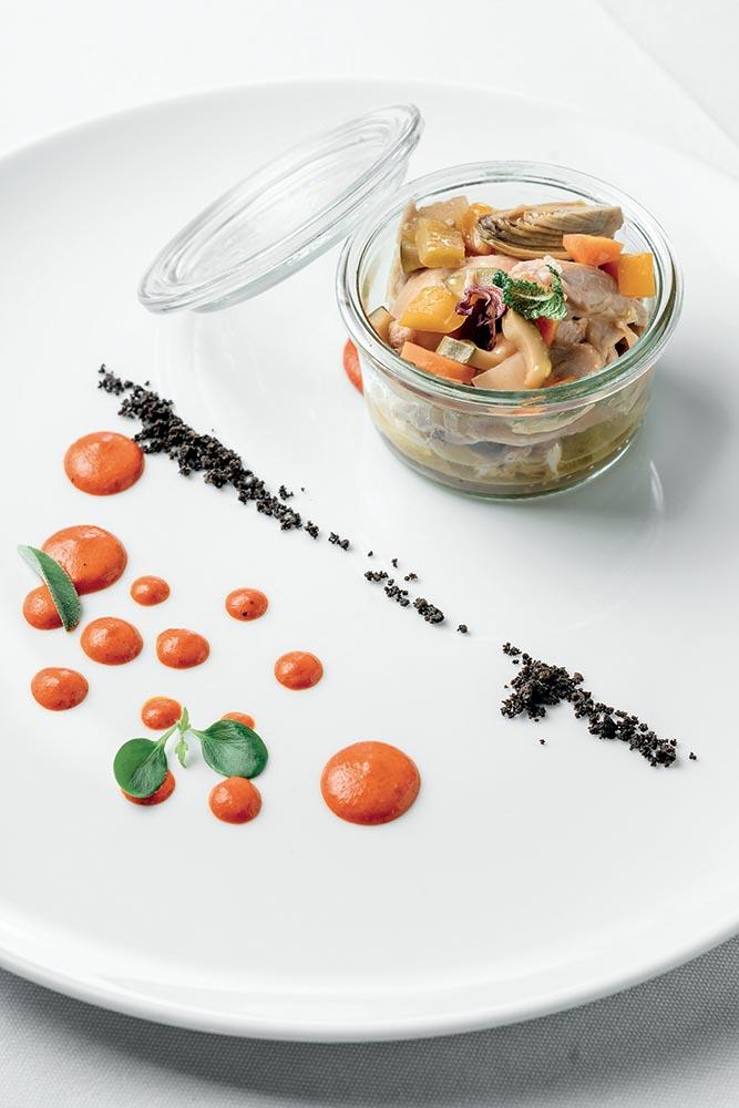 Tonno di coniglio con piccole carote, peperone e polvere di olive