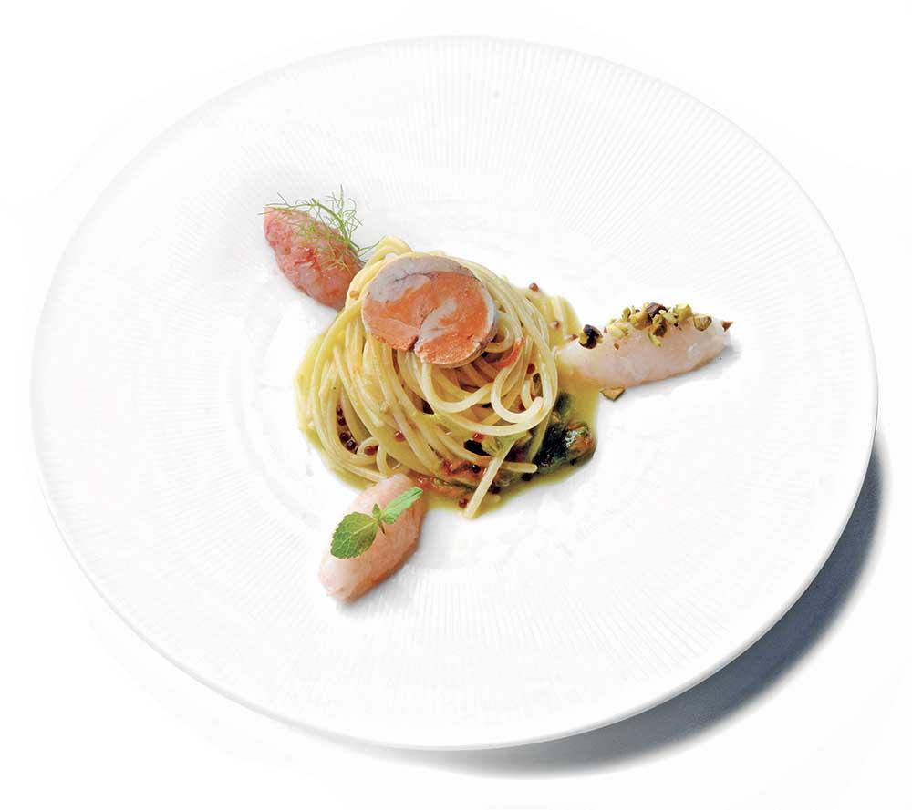 Spaghetto mare crudo con foie gras di pescatrice