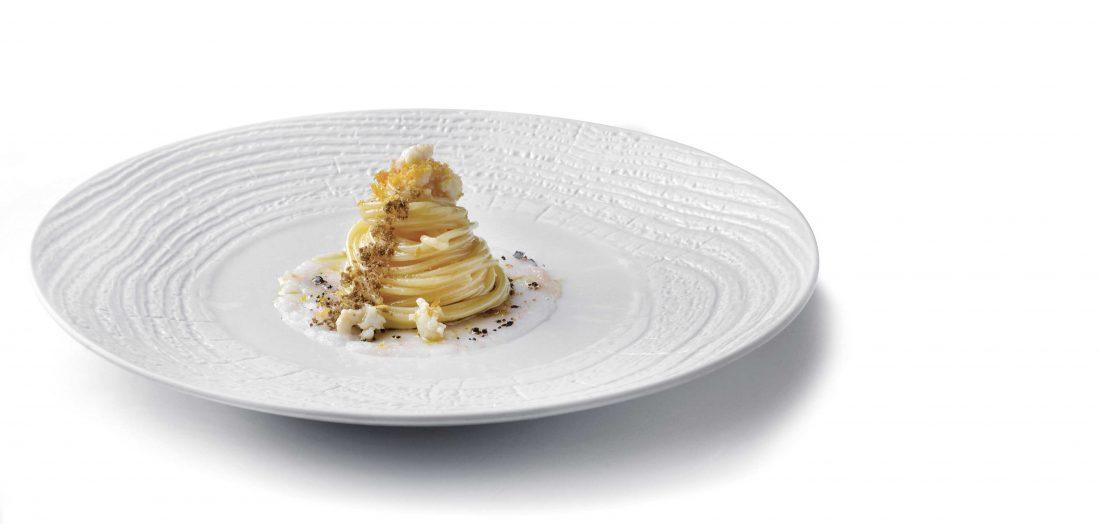spaghettoni aglio olio e peperoncino, battuto di gambero gobbetto, olive essiccate e bottarga di muggine