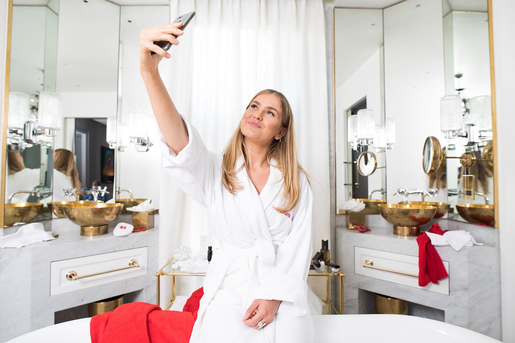 Selfie stick suprato dal bathroom selfie