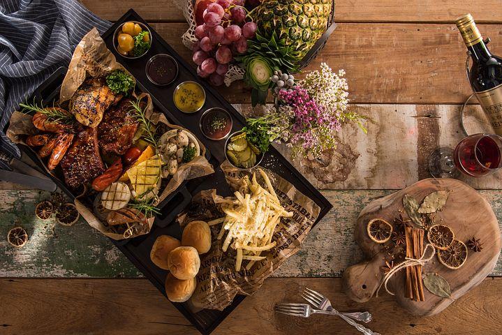Tavola apparecchiata, cibo, per un articolo sull'ospitalità italiana nel mondo