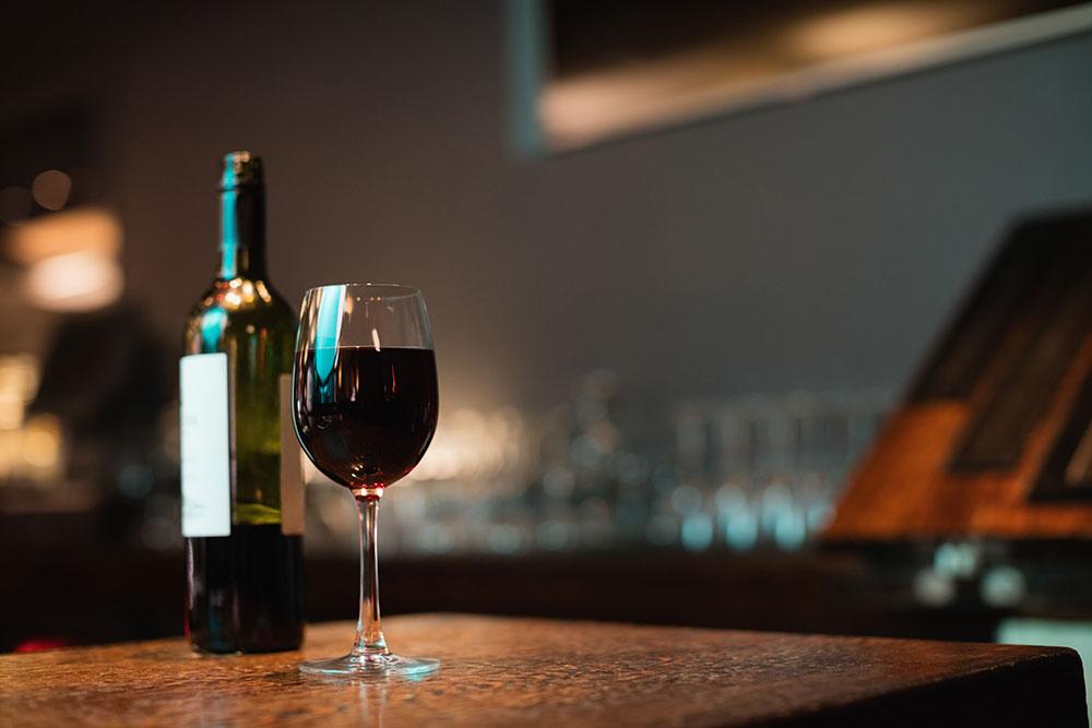 Un calice di vino rosso per un articolo sulla professionalità nell'ambito del vino