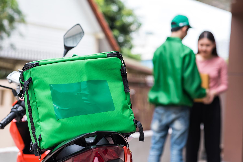 Delivery: Deliveroo crolla in borsa, Just Eat assume finalmente i suoi rider