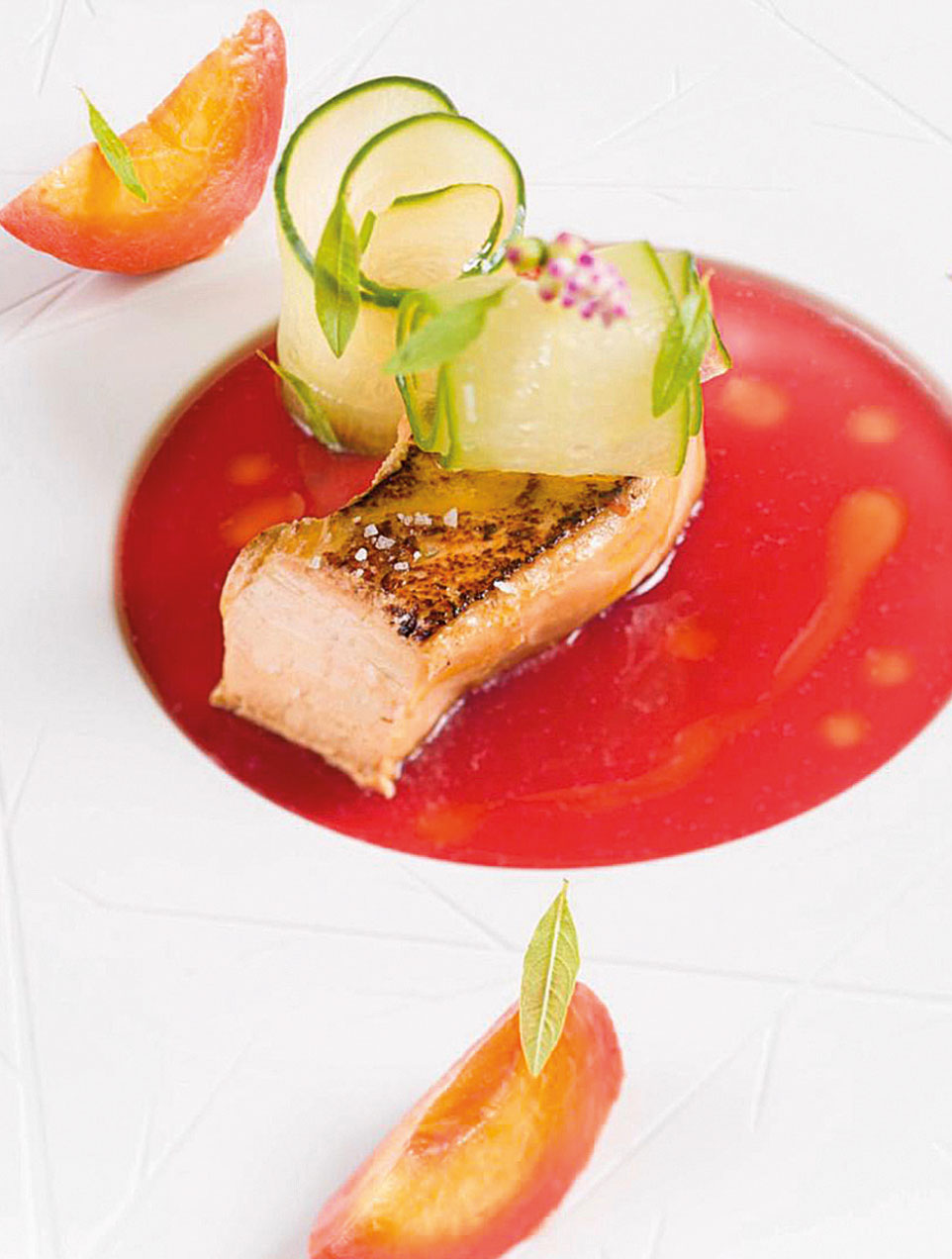 """Scaloppa di foie gras di Chalandray arrosto, le pesche """"percoche"""" marinate al vino rosso e spezie, cetrioli al limone e foglie di verbena. Una ricetta dello chef Simone Cantafio"""