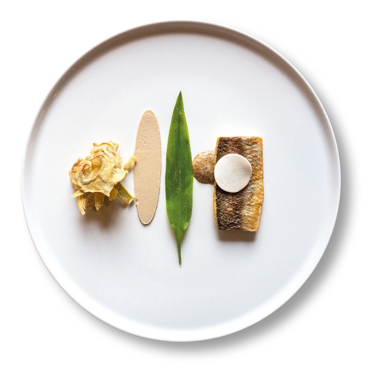 Lavarello del Gardesano alla plancia con funghi e la loro emulsione di sottobosco, carciofi spinosi fritti dello chef Perbellini