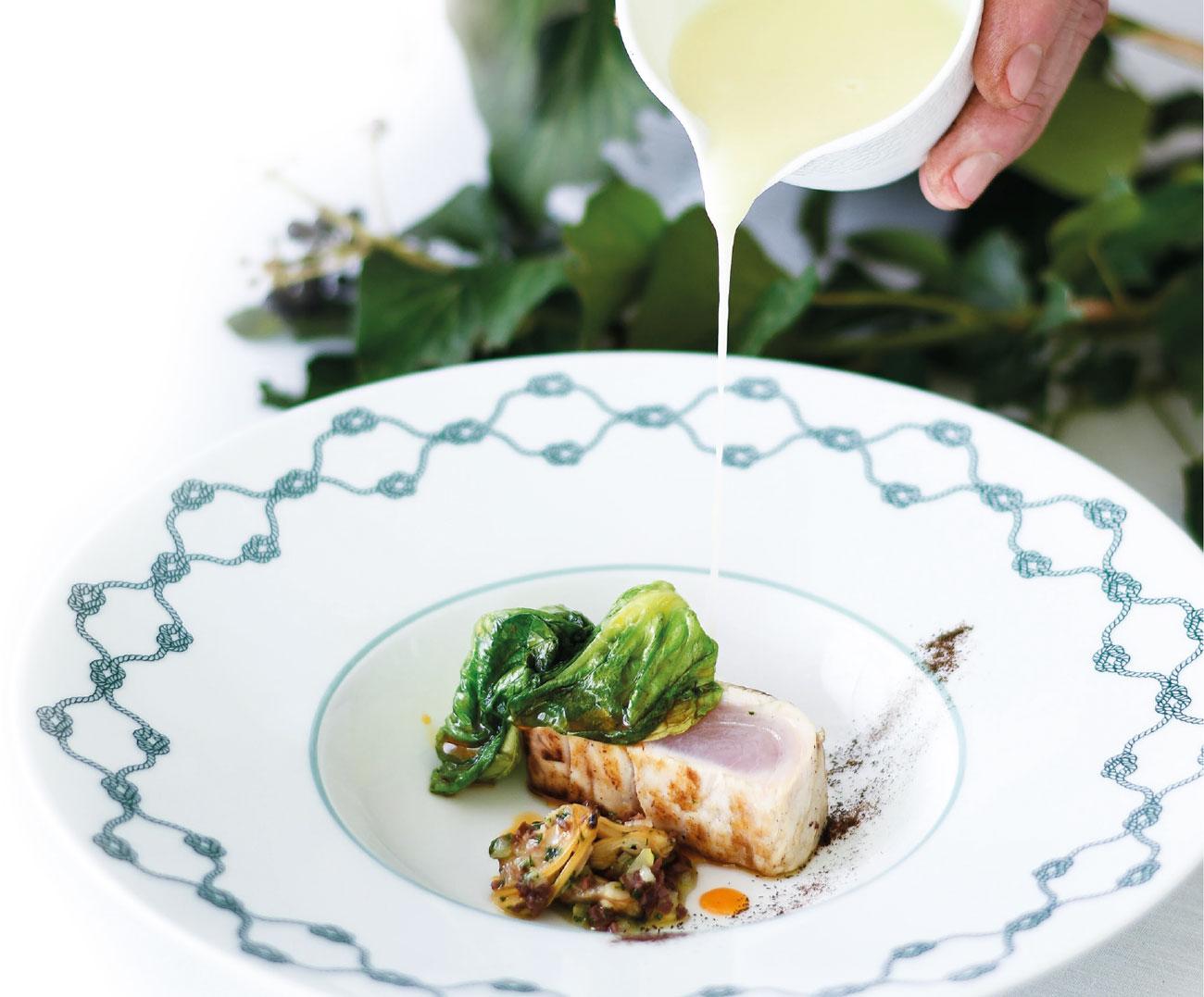 Ricciola, vongole e oliva taggiasca, lattuga all'olio d''nduja dello chef Roberto Villa del ristorante DaV Mare (Portofino)