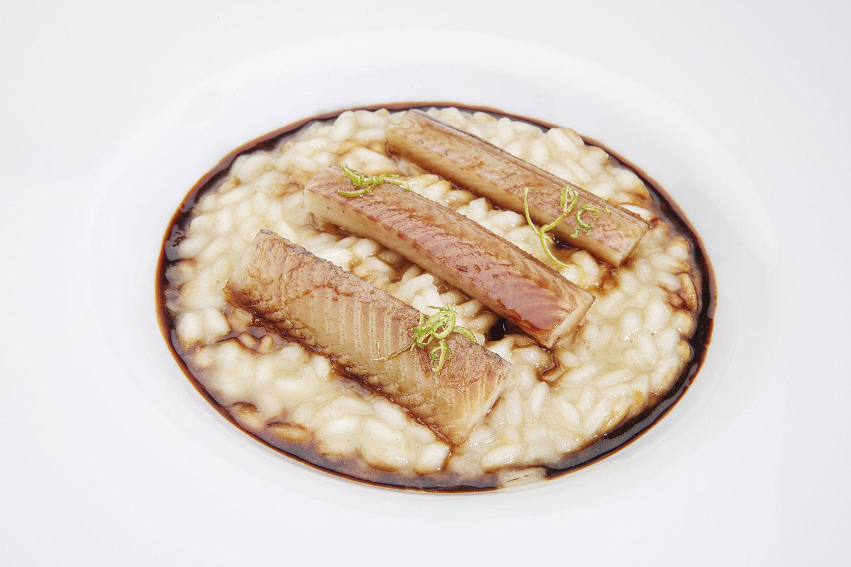 Riso carnaroli al lime e rosmarino con anguilla al Teriyaki e succo di crostacei dello chef Federico Chignola (Ristorante Casa degli Spiriti, Verona)