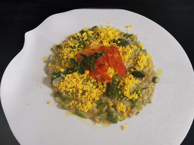 Risotto alle erbe aromatiche, lardo, punte di asparagi e mimosa d'uovo